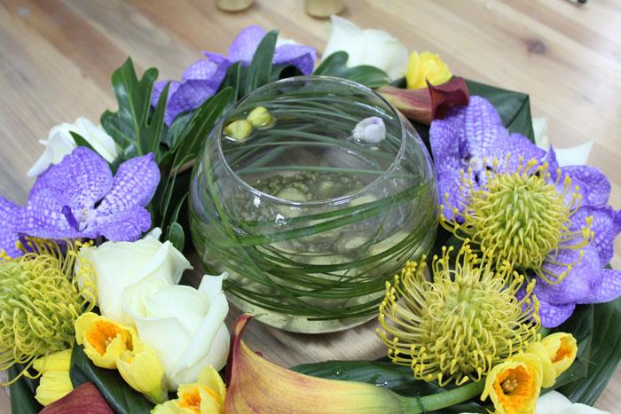 Композиция из цветов с вазой