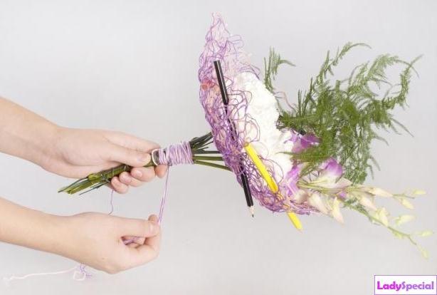 Цветочные композиции в высокой вазе