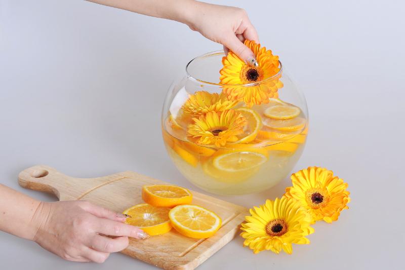 Новогодняя композиция из цветов, шампанского и апельсинов