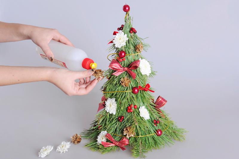Мастер-класс: Новогодняя ёлочка из бутылки и цветов