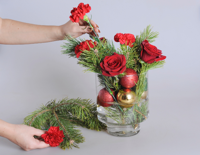 Праздничная композиция с цветами, конфетами и мандаринами