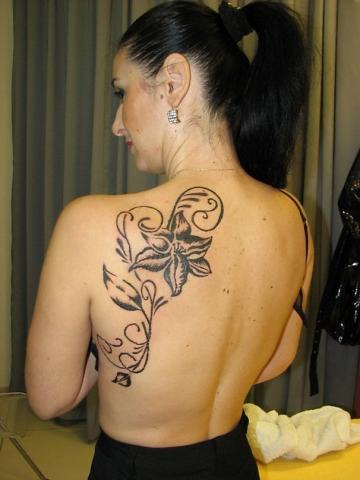 женская тату на спине цветок лилия