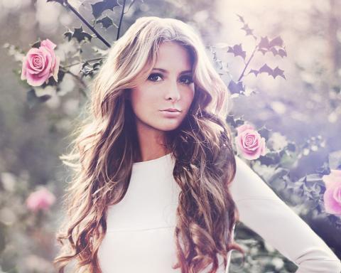Девушки и цветы розы