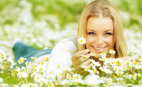 Девушки и цветы ромашки