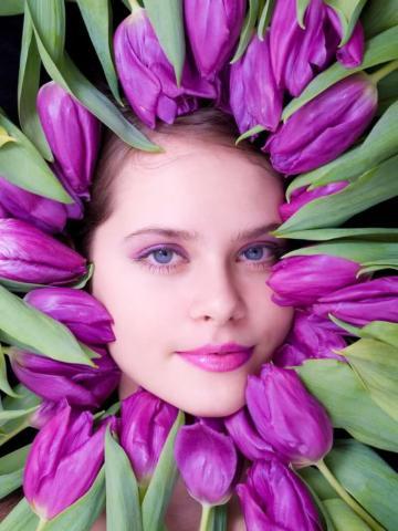 Девушки и цветы тюльпаны