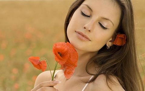 Девушка и цветок мак