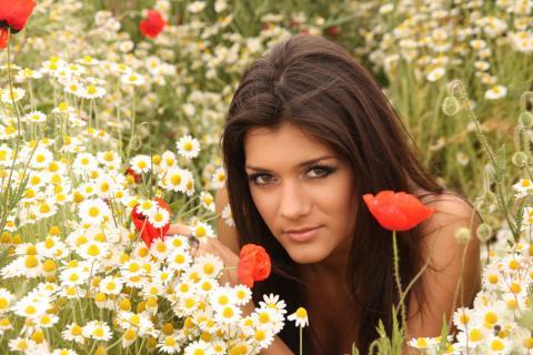 Девушка и цветы ромашки маки