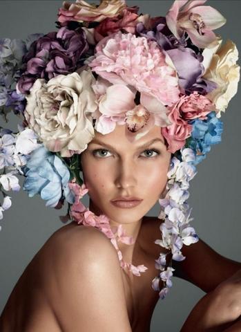 Девушка и цветы в волосах
