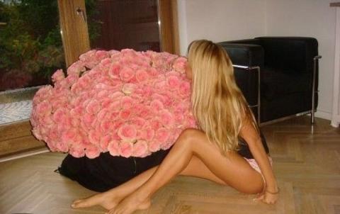 Девушка и цветы розы